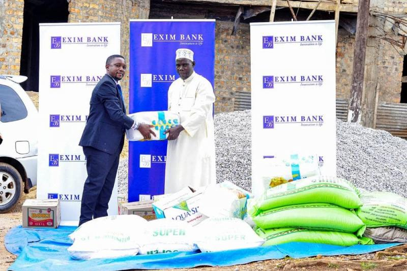Handing over Iftar items to the Muslims and leadership of Mbogo Mosque (Uganda's oldest mosque)